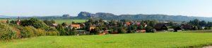 Blick auf Reinhardsdorf mit den Schrammsteinen
